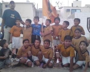 Los Pumitas que dirige Jorge Rieke, campeones del futbol infantil de la liga Guillermo Orozco.