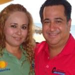 El regidor José Gutiérrez acompañado de la reportera Guille.