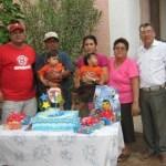 Con un gran homenaje fueron festejados los hermanitos Amparán por sus abuelitos y sus padres, les acompaña su padrino el licenciado Santillán Meza (Enrique Montaño).