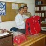 El subdelegado de Prestaciones Lic. Francisco Quiroz Acosta, a nombre del delegado estatal profesor Efraín Monrreal Gastélum, entregó los uniformes.