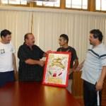 Momento en el que la autoridad municipal le hace entrega de un reconocimiento al boxeador Ramón Rodríguez. Foto Víctor Flores Ojeda.