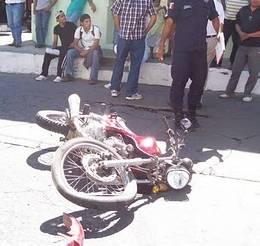No estuvo parejo el choque: se impactó motocicleta contra una  camioneta