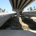 Las pequeñas lluvias socavaron peligrosamente el puente a La Playa, aun así, por tercera ocasión lo inauguró el Gobernador en su reciente gira.