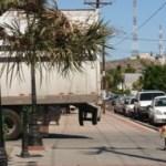 Hasta las personas se ven obligadas casi a transitar por la calle porque los tracto camiones de Chedraui ocupan el área peatonal del Parque Revolución.