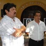El síndico José Manuel Curiel, charlando con el regidor José Gutiérrez Sarmiento