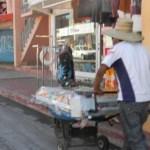 La venta ambulante en carros, carreta, carretillas, canastas, y hasta en puestos semi fijos vendiendo discos piratas.