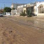 Este derrame de agua potable que duró más de 24 horas en Arcos del Sol, no solamente afecta las calles, sino, la salud de los lugareños.