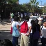 Aspecto de la salida de los alumnos de la Secundaria No.2, turno matutino, tras la amenaza de una bomba en el plantel.