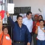 Alejandro Tirado recibió de Manos del Comité Distrital # 1, la constancia que lo acredita como candidato del PRD-PT a la Diputación local por el Primer Distrito.