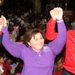 """Anunció el compromiso de su partido de echar a andar, en una semana más, """"junto con Esthela, las empresas sociales: tres mil mujeres que puedan elaborar los uniformes de nuestros niños. ¿Por qué?, porque en México, el país con más millones de pobres en América Latina, hay cada vez más jóvenes que no pueden estudiar""""."""