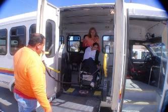 Recibe la Escuela de Educación Especial un camión para el transporte