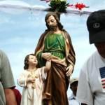 Familias enteras se suben a las pangas que generosamente son prestadas para la fiesta. Con un bultito de comida y una hielera con bebidas acompañan al santo en su viaje al centro del mar donde se oficia la ceremonia de la misa.