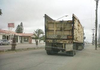 Rompe el transporte de carga pesada el concreto de los bulevares, se quejan ciudadanos