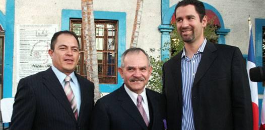 Entregan a Rubén Sandoval la orden de Caballero de las Artes y las Letras