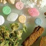En nuestro estado –según datos de la última encuesta nacional de adicciones realizada en el 2008- el consumo de drogas médicas e ilegales sobrepasa el promedio nacional, especialmente el consumo de mariguana y metanfetaminas, mientras que el porcentaje de personas dependientes al consumo de drogas en Baja California Sur se eleva un 0.9% sobre el promedio nacional que es del 0.6%.