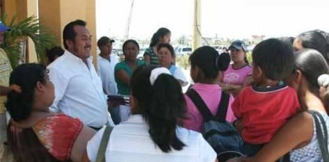"""""""La única solución es la organización"""", subrayó Hernández Gómez, añadiendo que esperan una respuesta favorable del Ayuntamiento, y, sobre todo, certeza de cumplimiento, pues Rosa Delia Cota Montaño, denuncia, sólo los distrajo con movimientos burocráticos."""