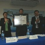 La presidenta del COMEAA entregó el certificado que acredita a la carrera de Producción Animal, al Rector Interino M. en C. Javier Gaitán Morán.