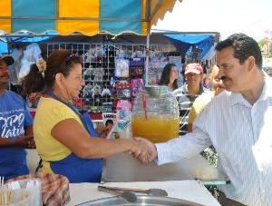 Recorre Martín Lagarda calles de colonias populares