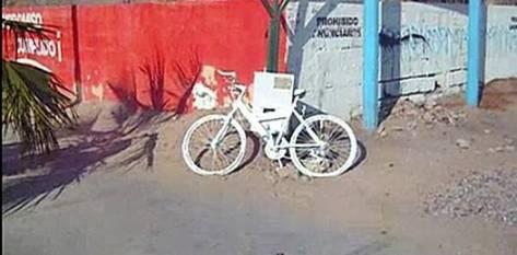 La bicicleta pintada de blanco inclusive en sus partes móviles, se encuentra a unas cuadras donde  hace menos de un mes falleció un ciclista no identificado arrollado por la empleada de un bar que al parecer manejaba en estado de ebriedad.