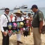 Los vendedores expresaron que las autoridades municipales, les comentaron que por el uso y disfrute de la ZOFEMAT, estos negocios en las playas adeudan más de 150 millones de pesos y la condición para pagarlos es que retiren a los vendedores.