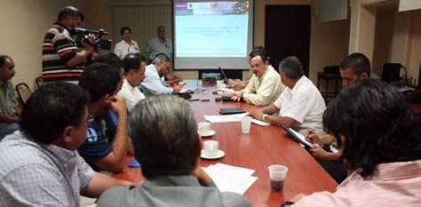 Miembros de la comunidad científica, representantes de los ayuntamientos y autoridades de del gobierno estatal se dieron cita en la ciudad de La Paz para la presentación que funcionarios del gobierno federal hicieron de los programas de fomento de energías renovables para municipios en las instalaciones de la delegación federal de la Secretaría de Medio Ambiente y Recursos Naturales (SEMARNAT).