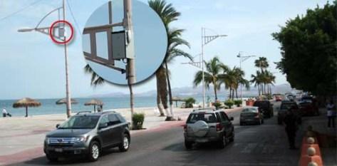 Discretas cajitas con una antena colocadas a lo largo de las luminarias del paseo peatonal del malecón así como en los parques Cuauhtémoc y la explanada del muelle de La Reina son los únicos indicadores de estos hotspots para la navegación de internet.