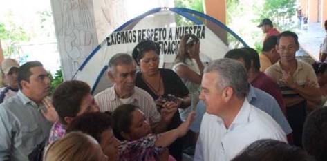El gobernador Marcos Covarrubias se detuvo a platicar con las trabajadoras y les dijo que debido a lo apretado de su agenda no podía detenerse mucho tiempo pero les aseguró que en el gobierno ya se encuentran trabajando en el asunto.