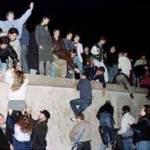 A unos cientos de kilómetros de la Bernauerstrasse, en Rostock (noreste del país), La Izquierda inició un congreso regional con un minuto de silencio por los muertos del muro de Berlín.