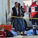 Los bomberos y socorristas tuvieron que romper las paredes con una máquina retroexcavadora para rescatar a personas atrapadas y los cadáveres.