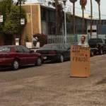 """El señor Jaime, quien se dijo maestro jubilado se apersonó en el crucero de las calles Nicolás Bravo y México con una pancarta que improvisó a partir de un pedazo de cartón en la cual culpaba a """"la Ley del ISSSTE"""" de convertir en una """"empresa"""" al instituto que otorga servicios de seguridad social a los trabajadores contratados por los gobiernos."""