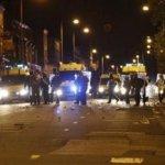 """El primer ministro definió los disturbios, que estallaron el fin de semana en áreas pobres de Londres, como """"delincuencia pura y dura"""". Cameron no hizo referencia a las condiciones sociales y económicas que según los líderes comunitarios desencadenaron los problemas."""