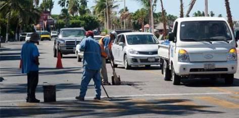 Por arreglar las calles a horas no debidas, causa Servicios Públicos Municipales caos vial en el malecón.