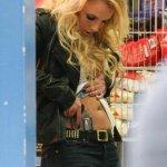 Spears, que interpreta tórridas escenas junto al que es su novio desde mayo de 2010, promociona así el cuarto single extraído de su más reciente disco de estudio, Femme Fatale, que escaló tras su publicación hasta el número 1 en ventas en EU.