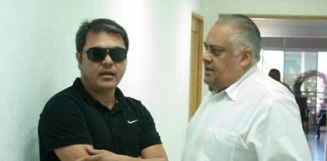 """José Manuel Santoyo García, coordinador de enlace gubernamental, se acercó a los padres y les explicó la benévola intención de Mendoza Davis por regalarles un pedacito de su día, pero la condición era """"sin prensa""""."""