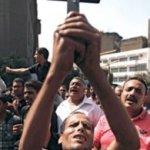 Esta violencia, la más sangrienta desde la revuelta que derrocó a Mubarak, se produjo al margen de una manifestación de coptos (cristianos) que protestaban contra el incendio de una iglesia en la gobernación de Asuan, en el sur del país.