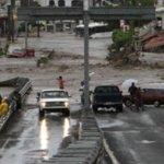 """A pesar de que la intensidad de """"Jova"""" disminuyó de manera considerable, la emergencia en Jalsico continúa y hay problemas por cuestión de movilidad, ya que la mayor parte de las carreteras sufrieron fracturas en su estructura."""