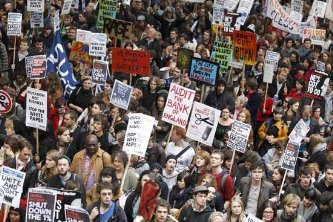 Protestan miles de jóvenes británicos  contra alza en educación