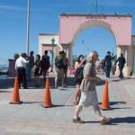 Ayer, el malecón costero de La Paz así como sus playas aledañas lucieron abarrotadas por espacio de unas horas luego de la llegada de miles de turistas que desembarcaron de un crucero que zarpó a las cinco de la tarde con destino a California.