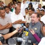"""El alcalde de Los Cabos Antonio Agúndez, entró al centro de la arenga y le dijo a los maestros Gil Meza y Carballo Aguilar: """"ustedes saben que yo soy muy respetuoso de los derechos de los trabajadores y que estoy de acuerdo con las manifestaciones pacíficas en defensa de sus derechos, pero ustedes muy bien lo saben que aquí, no es la instancia no tengo la facultad para resolver esos problemas, sin embargo cuentan con nuestro apoyo para impulsar juntos una gestión para que se resuelvan los problemas""""."""