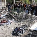 El Ministerio sirio del Interior detalló en un comunicado que se trató de dos ataques suicidas con coche bomba que estallaron de manera casi simultánea en las inmediaciones de los dos edificios.