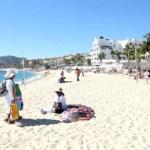 Entre los vendedores ambulantes autorizados por la ZOFEMAT la venta de mercancía más ofrecida a los paseantes fueron artesanías, joyería de plata, ropa de playa, sombreros, bolsas, lentes entre otros, así como actividades deportivas para su disfrute en este destino de playa.