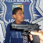 Un ebrio conductor de nombre Héctor Emir Sánchez Aguilar, acompañado de Hassiel Villarreal Acosta y Luis Alberto Alfaro Acosta, amenazó a dos policías municipales con un arma de plástico que sacó de una bolsa negra.
