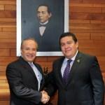 El Rector de la UABCS, M. en C. Gustavo Rodolfo Cruz Chávez, con el Director General de la Lotería Nacional para la Asistencia Pública, Lic. Benjamín González Roaro.