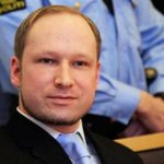 """Leyendo una declaración escrita, el noruego de 32 años dijo al tribunal que la matanza del 22 de julio, perpetrada con una bomba, un fusil y una pistola, era un golpe contra """"traidores"""" que, dijo, favorecen la inmigración para promover """"una colonización islámica de Noruega""""."""