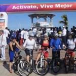 """Las mujeres en bici de La Paz se reunieron en Márquez de León y Álvaro Obregón desde muy temprano por la mañana, con sus tacones y su bici para """"pegarle"""" por la flamante ciclopista del Malecón del puerto."""