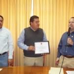 Enrique Alfonso Tuchmann Domínguez, presidente del Consejo Directivo de la Cruz Roja, Delegación La Paz, entregó un reconocimiento a la UABCS por su invaluable apoyo.