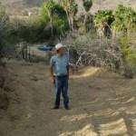 """Roberto Arce Villarino, Ernesto Villarino Martínez y Marco Antonio Arce son vecinos de San Jacinto y explican que """"el ayuntamiento envió a unas personas a raspar el camino vecinal y los ramales del mismo camino que conducen a San Jacinto y a las comunidades aledañas"""", sin embargo, """"esperábamos mucho"""", lamentan."""
