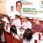 El candidato del PRI al Senado Ricardo Barroso con dirigentes sindicales.