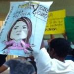 En respuesta, el grupo de personas que acompañaba a México Laico, durante el pronunciamiento de la diputada se levantó y dio a la espalda mostrando carteles que la señalaban como mentirosa.