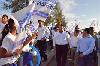 El candidato del PAN al Senado de la República, Carlos Mendoza Davis, recibió grandes muestras de apoyo durante la impresionante valla humana que se realizó en Cabo San Lucas.